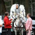 Robbie Williams chevaleresque sur le tournage de son nouveau clip le 17 août 2012 à Londres