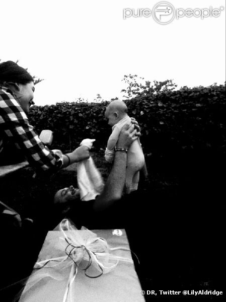 La petite Dixie avec ses parents Lily Aldridge et Caleb Followill, photo publiée le 18 août 2012 sur le compte Twitter de Lily Aldridge.