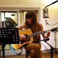 Lou Doillon en studio à Paris pour l'enregistrement de  Places , son premier album, le 13 avril 2012.