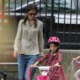 Katie Holmes a choisi d'initier Suri aux joies du vélo à New York ! La mère et la fille se sont retrouvées dans un parc de West Village le 25 août 2012