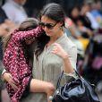 Katie Holmes et sa fille Suri visiblement très timide ou d'humeur ronchon sont allées dans un parc à West Village pour se dépenser un peu. Le 25 août 2012