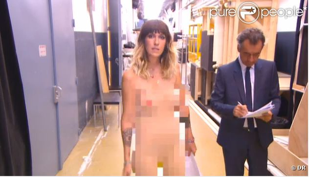 Daphné Bürki nue et floutée dans le pré-générique du Grand Journal, neuvième saison, le lundi 27 août 2012 sur Canal +