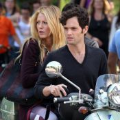 Gossip Girl : Complices, Blake Lively et Penn Badgley chevauchent un Vespa