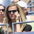 Brooklyn Decker spectatrice attentive du premier match de son mari Andy Roddick lors du premier tour de l'US Open au Billie Jean National Tennis Center de Flushing Meadows à New York le 28 août 2012