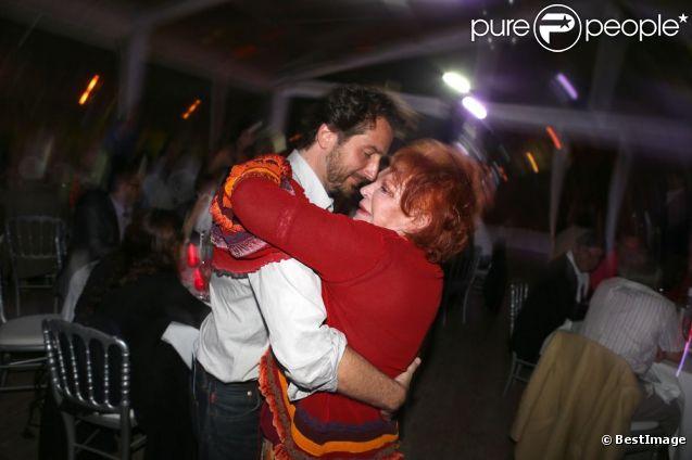 Retrouvailles pour Edouard Baer et Régine à l'occasion d'une soirée caritative pour l'association Les Puits du Désert, au domaine de Bertaud-Belieu, au coeur de presqu'île de Saint-Tropez, le 30 août 2012.
