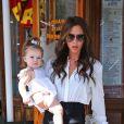 Entièrement habillée des vêtements de sa dernière collection, Victoria Beckham quitte le restaurant Pastis avec sa fille Harper dans les bras. New York, le 11 septembre 2012.