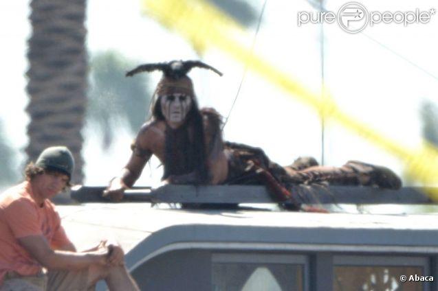 Dans un costume d'indien pour le rôle de Tonto pour le film Lone Ranger, Johnny Depp tourne des cascades sur une échelle le 19 septembre 2012 à Los Angeles.