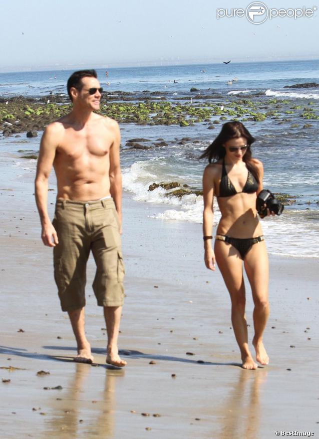 Jim Carrey et une charmante brune à Malibu, le 15 septembre 2012.