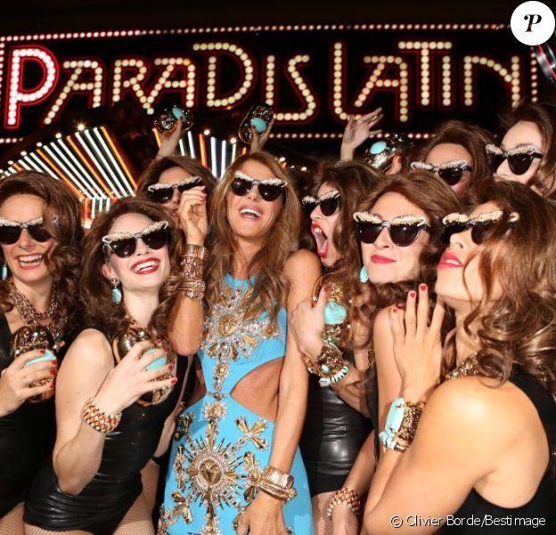 Anna Dello Russo arrive au Paradis Latin à Paris, le 27 septembre 2012, entourée de ses clones pour le lancement de sa collection chez H&M