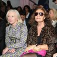 Les créatrices L'Wren Scott et Diane Von Furstenberg soutiennent leur confrère Raf Simons en assistant au défilé prêt-à-porter de Christian Dior printemps-été 2013. Paris, le 28 septembre.