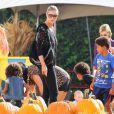 C'est bientôt Halloween : Heidi Klum, à la célèbre ferme aux citrouilles de 'Mr. Bones Pumpkin Patch', s'amuse avec ses enfants Leni, Henry, Johan, Lou et son compagnon Martin Kristen, à West Hollywood le 6 Octobre 2012.