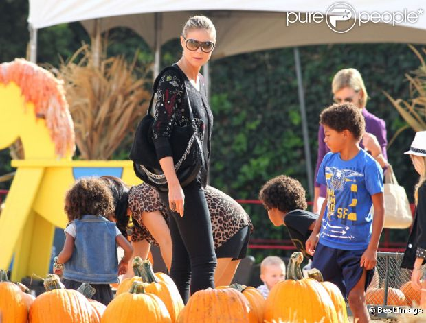 C'est bientôt Halloween : Heidi Klum, à la célèbre ferme aux citrouilles de 'Mr. Bones Pumpkin Patch', s'amuse avec ses enfants Leni, Henry, Johan, Lou et son compagnon Martin Kristen, à West Hollywood le 6 Octobre 2012.