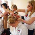 Les mannequins d'un jour se font coiffer et maquiller au Royal Marines Museum à Portsmouth, où avait lieu la séance photo pour le calendrier sexy des épouses et petites amies des soldats britanniques de la Royal Marine. Le 8 octobre 2012.
