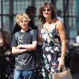 Helena Christensen et son fils Mingus dans les rues de New York, le 12 mai 2012.