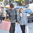 Helena Christensen va chercher son fils à la sortie de son école à New York le 16 octobre 2012.