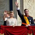 Les jeunes mariés entourés du grand-duc Henri et le la grande-duchesse Maria Teresa au balcon du palais grand-ducal devant les Luxembourgeois, le 20 octobre 2012.