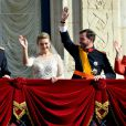 Les jeunes mariés, le prince Guillaume et Stéphanie de Lannoy, entourés du grand-duc Henri et le la grande-duchesse Maria Teresa au balcon du palais grand-ducal devant les Luxembourgeois, le 20 octobre 2012.
