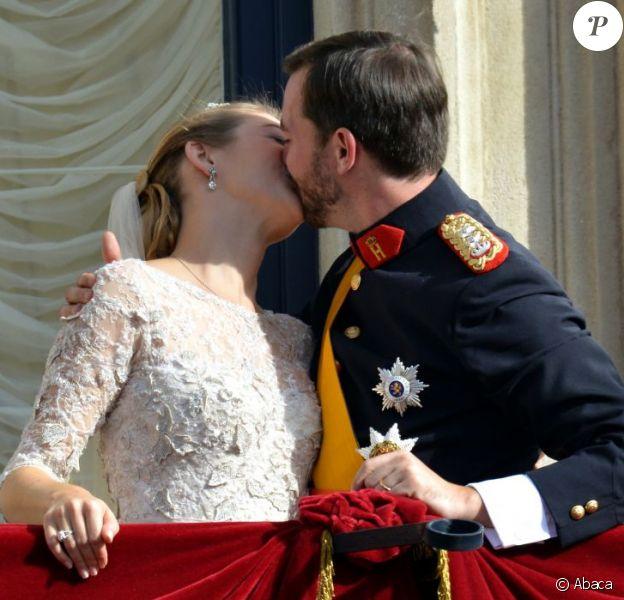 Après leur union religieuse, le prince Guillaume et son épouse Stéphanie de Lannoy se sont présentés au balcon du palais grand-ducal devant les Luxembourgeois et se sont embrassés, le 20 octobre 2012.