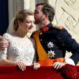 Le prince Guillaume embrase tendrement sa jeune épouse Stéphanie de Lannoy au balcon du palais grand-ducal devant les Luxembourgeois, le 20 octobre 2012.