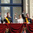Les jeunes mariés entourés de leur famille au balcon du palais grand-ducal devant les Luxembourgeois, le 20 octobre 2012.