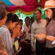 La princesse Marie de Danemark donnant des denrées et des médicaments au village de Kroch, au Cambodge, le 11 octobre 2012, lors de sa visite officielle du 9 au 12 en sa qualité de marraine de DanChurchAid.