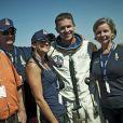Felix Baumgartner, sa future femme Nicole Oetl et sa famille après avoir sauté à 39 kilomètres d'altitude, franchissant le mur du son le 14 octobre 2012, à Roswell, au Nouveau-Mexique.