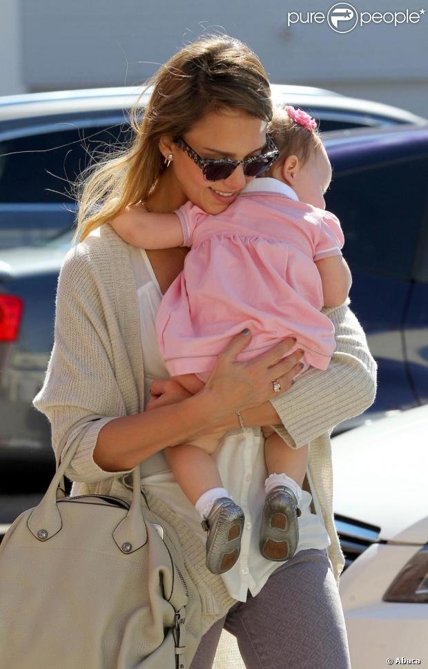 Jessica Alba en plein élan de tendresse avec sa fille Haven le 25 octobre 2012 à Los Angeles