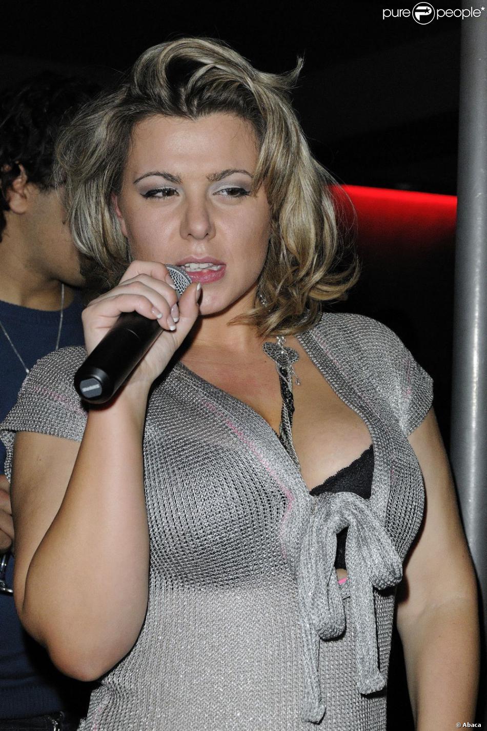 Cindy Lopes, dans la boîte  Six Seven  à Paris, le 16 décembre 2010.