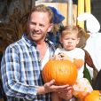 Ian Ziering et sa fille Mia à West Hollywood le 6 octobre 2012 chez Mr. Bones Pumpkin Patch