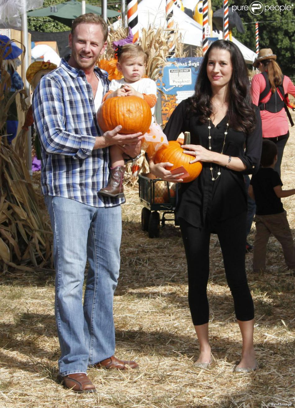 Ian Ziering, sa femme Erin et leur fille Mia à West Hollywood le 6 octobre 2012 chez Mr. Bones Pumpkin Patch