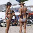 Natasha Poly a fui New York et l'après-Sandy avec sa mère Katja pour le soleil de Miami, où elle a profité de la plage, le 3 novembre 2012.