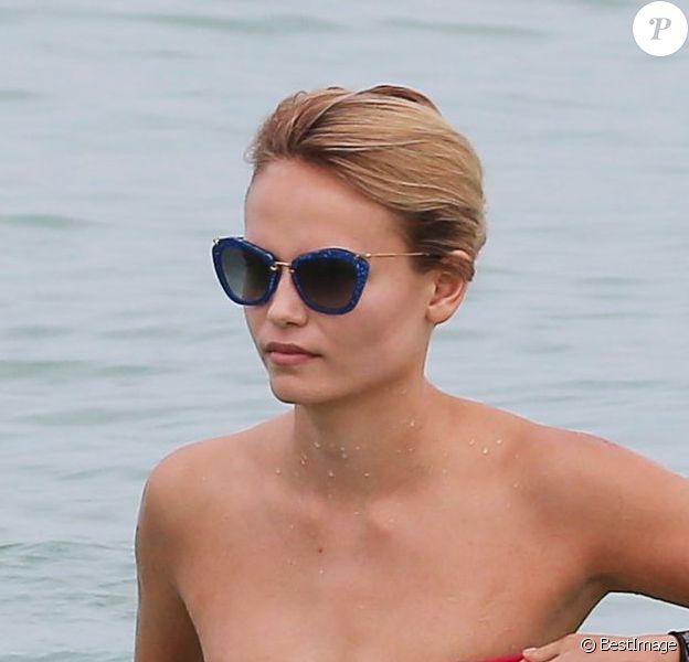 Natasha Poly en pleine baignade à Miami, le 5 novembre 2012.