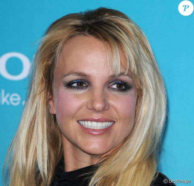 Britney Spears souriante à la soirée des finalistes de X Factor à Los Angeles le 5 novembre 2012.