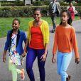 La famille Obama aime les couleurs ! Michelle, Sasha et Malia osent une belle association de coloris pour un street-style au top et estival