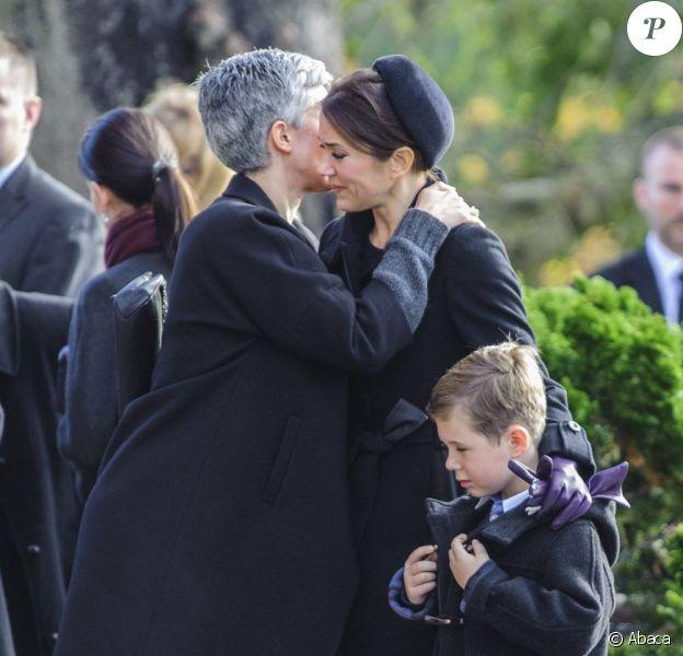 Consolée par de nombreuses personnes, la princesse Mary de Danemark, accompagnée par son fils le prince Christian, 7 ans, était accablée par le chagrin aux obsèques, le 8 novembre 2012 à l'église Vinderod de Frederiksvaerk, de sa femme de chambre et amie intime Tina Jörgensen, décédée brutalement à 53 ans, lundi 5 novembre.