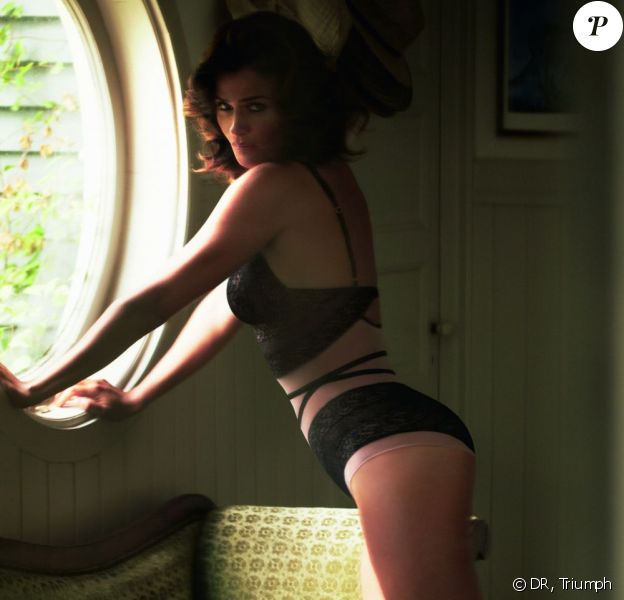 Dentelle noire sexy pour Helena Christensen qui pose pour la campagne de sa propre collection pour Triumph pour l'été 2013.