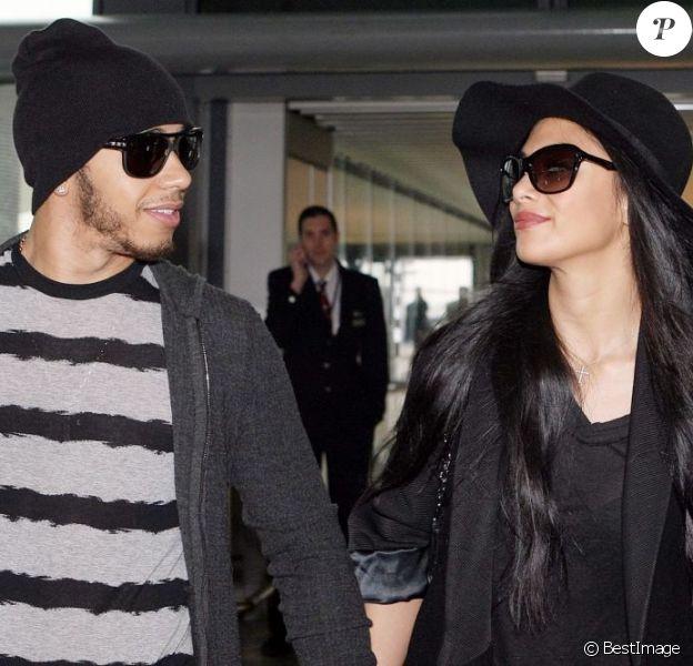 Nicole Scherzinger et son compagnon Lewis Hamilton, regards amoureux avant de prendre l'avion à l'aéroport d'Heathrow à Londres le 12 Novembre 2012