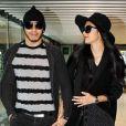 Nicole Scherzinger et son compagnon Lewis Hamilton s'apprêtent à prendre l'avion à l'aéroport d'Heathrow à Londres le 12 Novembre 2012