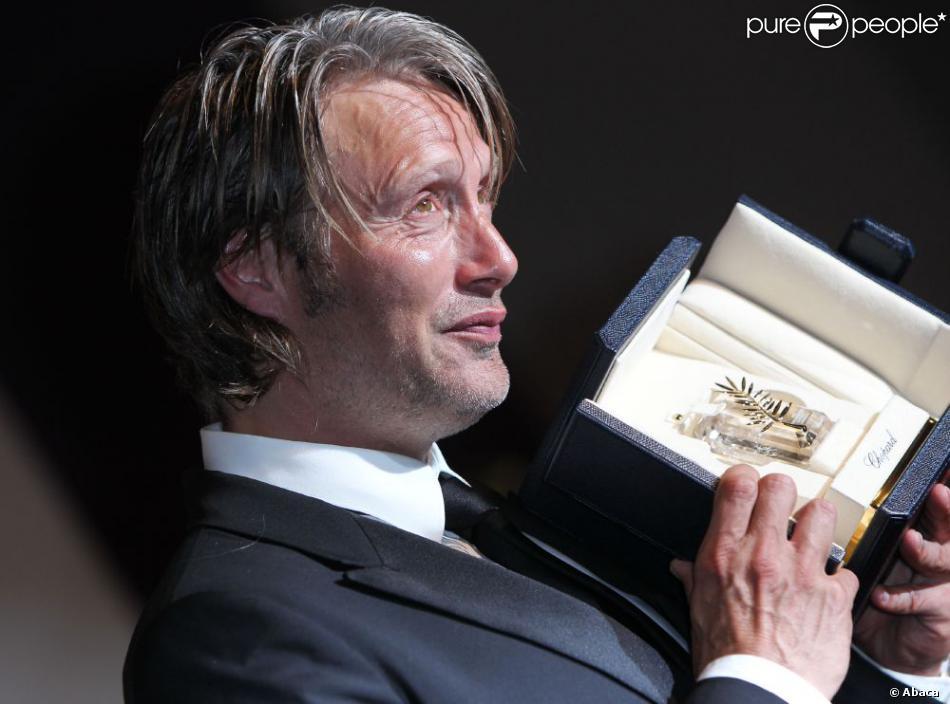Mads Mikkelsen pose avec son prix d'interprétation à Cannes, le 27 mai 2012.
