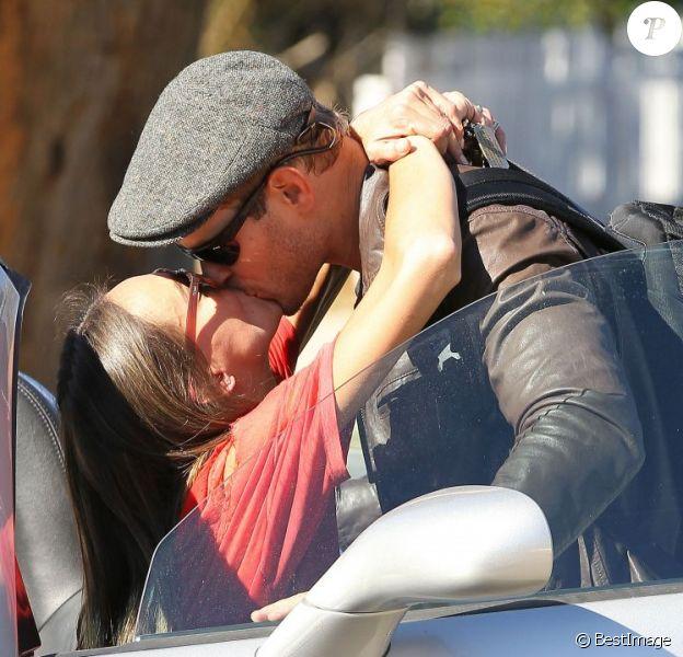 Kellan Lutz et sa petite amie Sharni Vinson s'offrent un baiser à Santa Monica le 13 novembre 2012.