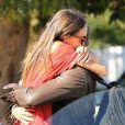 Kellan Lutz fait un câlin à sa petite amie Sharni Vinson à Santa Monica le 13 novembre 2012.