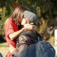 Kellan Lutz et sa petite amie Sharni Vinson se bécotent à Santa Monica le 13 novembre 2012.