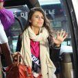 Charlotte Mint, Miss Cote d'Azur, arrive à l'aéroport Charles de Gaulle avant de s'envoler pour l'Île Maurice, à Paris le 14 novembre 2012