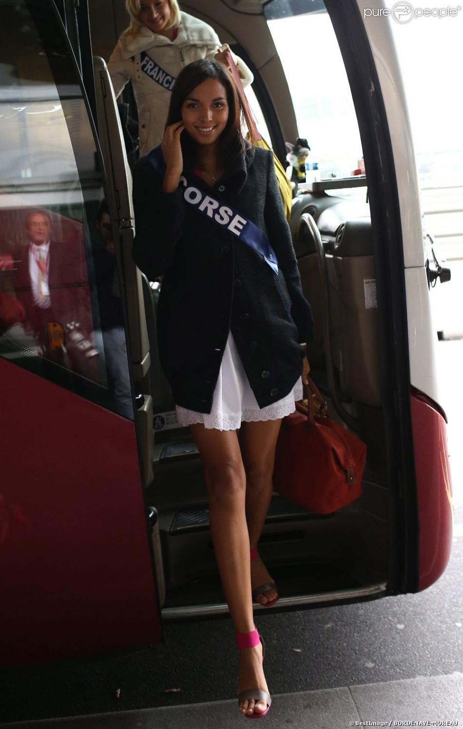 Louise Robert, Miss Corse, arrive à l'aéroport Charles de Gaulle avant de s'envoler pour l'Île Maurice, à Paris le 14 novembre 2012