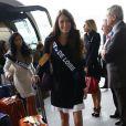 Melinda Pare, Miss Pays de Loire, arrive à l'aéroport Charles de Gaulle avant de s'envoler pour l'Île Maurice, à Paris le 14 novembre 2012