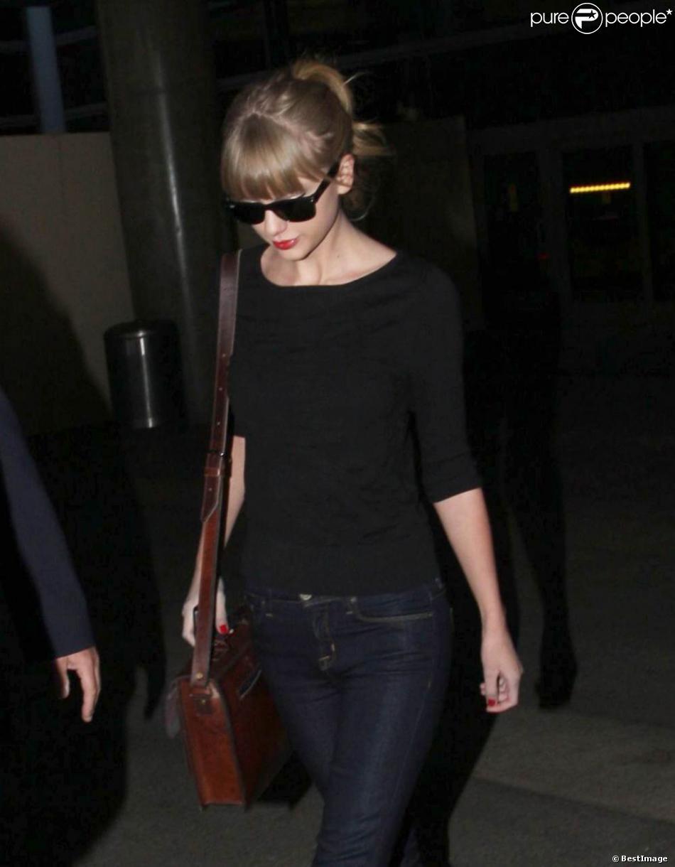 Taylor Swift arrive à l'aéroport de Los Angeles, le 12 novembre 2012.