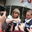 Taylor Swift quitte les studios de la radio NRJ où elle est allée faire la promotion de son nouvel album. À Paris, le 8 novembre 2012.