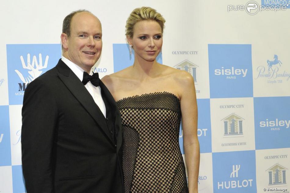 La princesse Charlene de Monaco était somptueuse au bras du prince Albert pour la soirée de gala au profit de l'Association monégasque contre l'autisme MONAA, dont elle est la présidente d'honneur, au Sporting d'été de Monte-Carlo, le 15 novembre 2012.