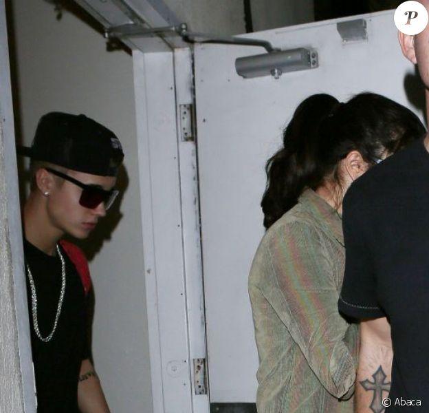Justin Bieber et Selena Gomez à la sortie d'un restaurant à Los Angeles, le 19 novembre 2012.