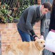 Iker Casillas et Sara Carbonero s'apprêtent à prendre la route pour une promenade avec leur chien, le 18 novembre 2012 à Madrid